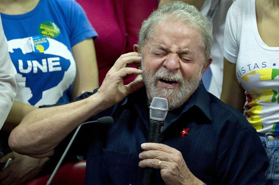 """Embora os principais jornais do País tenham decidido omitir de seus leitores o fato político da semana, que foi a disparada do ex-presidente Luiz Inácio Lula da Silva na pesquisa CNT/MDA, o bloqueio foi furado pelo colunista Elio Gaspari; mais do que viva, a """"jararaca engordou"""", diz ele, referindo-se ao apelido que Lula se deu no dia em que foi alvo de condução coercitiva; """"A jararaca engordou e dificilmente o risco Lula será liquidado pela Lava Jato. Primeiro porque não será fácil torná-lo inelegível, com uma condenação de segunda instância, antes do pleito do ano que vem. Mesmo que isso aconteça, Lula poderá tirar um poste da manga"""", diz ele; """"A jararaca está viva, engordou e arma o bote"""""""