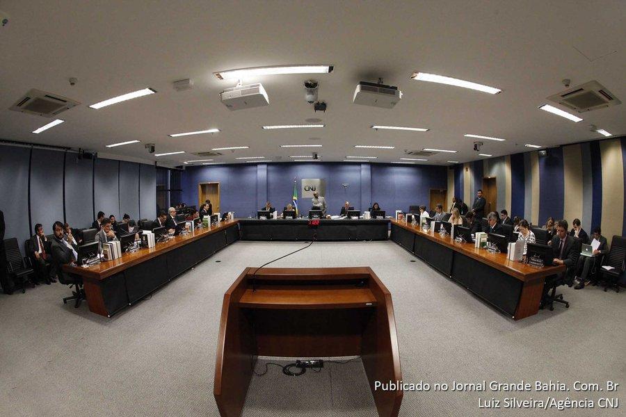 O Plenário do Conselho Nacional de Justiça (CNJ) determinou que o Tribunal de Justiça de Alagoas (TJAL) apure se houve má fé por parte de magistrados que receberam indevidamente valores pagos pela corte alagoana; inspeção do CNJ descobriu que alguns magistrados receberam para ocupar o mesmo cargo, na mesma época;decisão do CNJ também determina que o tribunal deverá abrir novos processos para ouvir os juízes e esclarecer dúvidas sobre o recebimento desses valores; se confirmada a irregularidade, eles poderão ser obrigados a devolver os valores