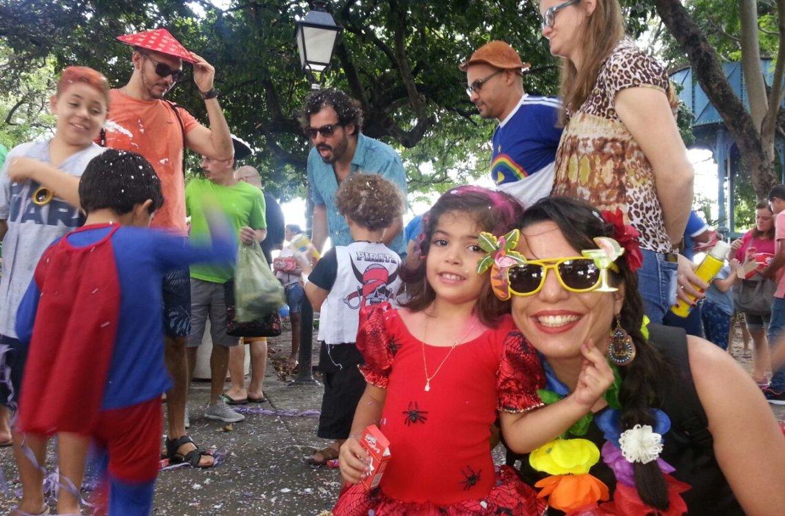 Praça histórica do centro de Fortaleza, o clima bucólico do Passeio Público foi tomado pelo colorido e pela alegria das crianças nesta terça-feira (28); o Bailinho de Carnaval atraiu diversas famílias que dançaram, cantaram e pularam; festa é parte da programação oficial do Ciclo Carnavalesco 2017