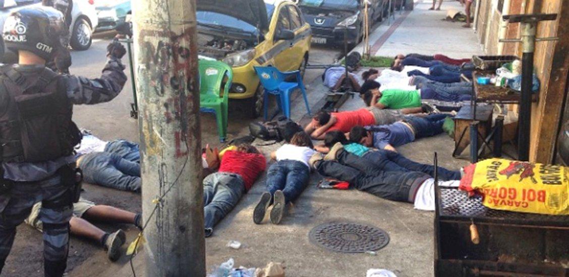 Um grupo de 17 estudantes universitários foi detido pela Polícia Militar durante protesto contra a privatização da Companhia Estadual de Águas e Esgoto (Cedae), no centro do Rio; policiais do Batalhão de Choque obrigaram os jovens a deitar na calçada, com o rosto virado para o chão