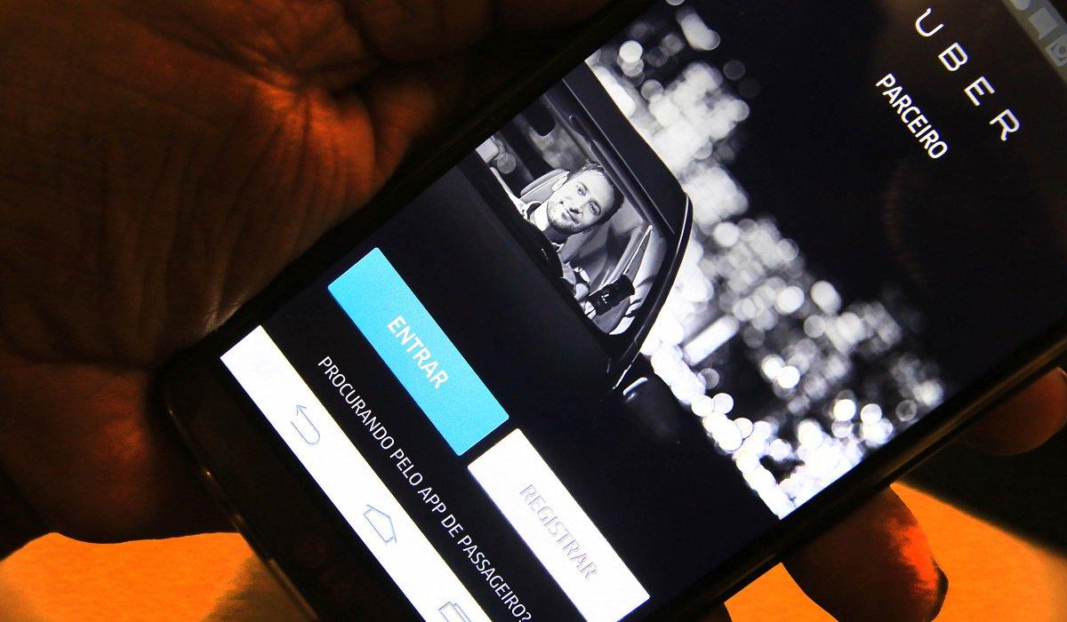 O juiz Fernando Teles de Paula Lima, da 8ª Vara da Fazenda Pública de Fortaleza, deferiu parcialmente, liminar em favor de 15 motoristas, que prestam serviços através do aplicativo Uber, pelo exercício de sua atividade econômica de transporte individual privado.De acordo com a sentença, a Guarda Municipal de Fortaleza, a Etufor e a AMC estão impedidas de exercer a fiscalização e o descumprimento acarretará multa diária de R$ 1 mil por impetrante