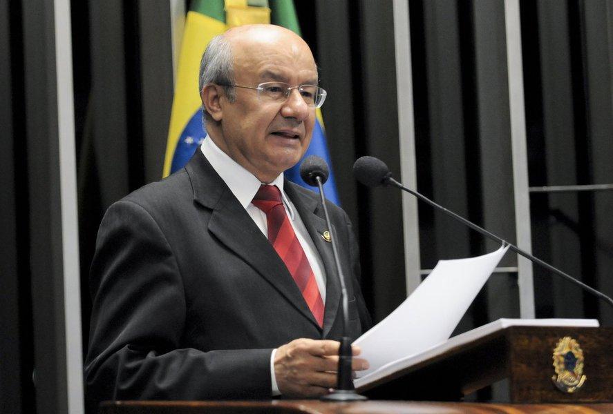"""""""Os municípios têm como base principal de sua economia os benefícios previdenciários. Para cada R$ 1,00 que os municípios recebem do Fundo de Participação dos Municípios (FPM), a previdência paga de R$ 2,00 a R$ 3,00 em benefícios naquele município"""", alertou o senador José Pimentel (PT-CE), nesta terça-feira (21). O parlamentar citou estudo que aponta que em 70% dos municípios brasileiros, os pagamentos da previdência superam os repasses do FPM"""
