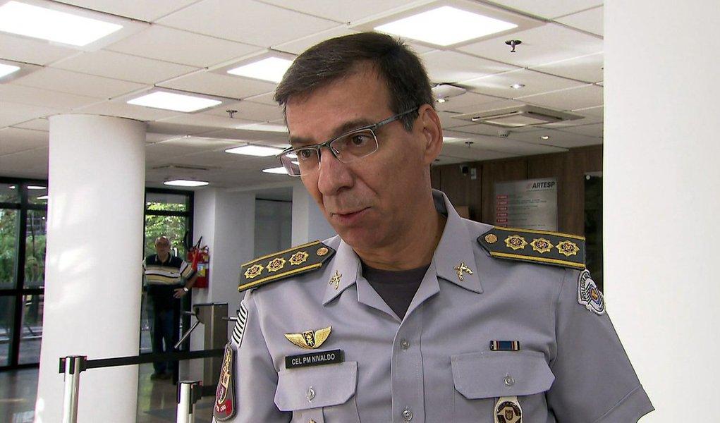"""Governador Geraldo Alckmin (PSDB) confirmou o coronel Nivaldo Restivo como novo comandante-geral da Polícia Militar de São Paulo. Aos 51 anos de idade, sendo 35 anos deles na corporação, Restivo, assume no início de março a corporação, no lugar de Ricardo Gambaroni; com grande parte de sua carreira ligada à tropa de choque, além do comando da Rota, Nivaldo tem entre os trabalhos mais polêmicos da carreira, a participação, em 1992, da operação que resultou na morte 111 presos na Casa de Detenção, episódio conhecido como """"Massacre do Carandiru"""""""