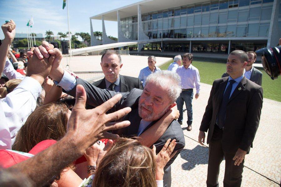 """Jornalista Patricia Faermann, do jornal GGN, registra a campanha dos principais jornais do País por uma rápida condenação do ex-presidente Lula no âmbito da Lava Jato, que resulte em sua inelegibilidade para 2018; """"Não à toa ou coincidências, que a Folha de S. Paulo manchetou 'Pelo prazo médio da Lava Jato, Lula pode ficar inelegível durante eleição', enquanto o Estado de S. Paulo dedicou editorial à pressão direta"""", afirma"""