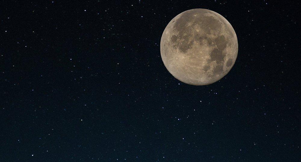 A empresa espacial americana SpaceX planeja enviar dois turistas para uma viagem à Lua em 2018, diz-se em um comunicado de imprensa divulgado nesta segunda-feira