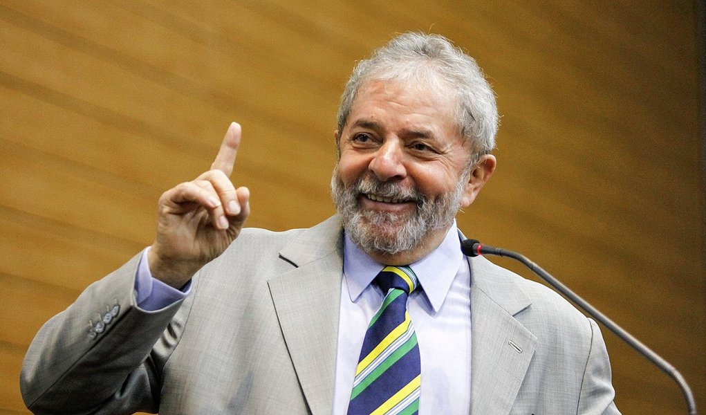 """""""Estimulado por grandes personalidades e apoiado por um partido que dá sinais de recuperar a força militante, em conversas reservadas Lula tem deixado claro que está inteiramente convencido de que deve assumir a candidatura presidencial de uma vez por todas"""", escreve Paulo Moreira Leite, articulista do 247; """"Com a autoridade de quem lidera todas as pesquisas eleitorais em função do reconhecimento popular pelo crescimento econômico e distribuição de renda, a ideia é discutir propostas que possam ajudar o Brasil a vencer a pavorosa crise em que se encontra e retomar o crescimento"""", diz ele; para PML, no Brasil de 2017, a candidatura Lulaencontra-se no ponto de encruzilhada do momento político"""