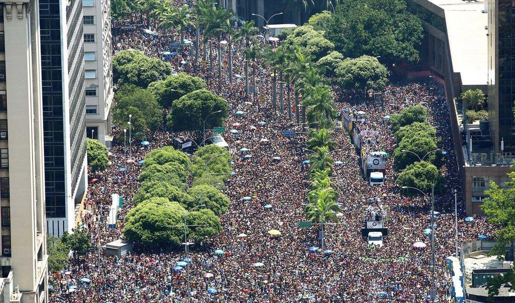 De acordo com o calendário oficial, o carnaval Rio de Janeiro 2017 começou neste sábado (25) e vai até 1º de março; no período, mais de quatrocentos blocos tomarão as ruas cariocas; fique atento e não deixe de curtir a festa; confira abaixo a agenda de alguns dos blocos de rua e escolas de samba para este domingo (26) de carnaval