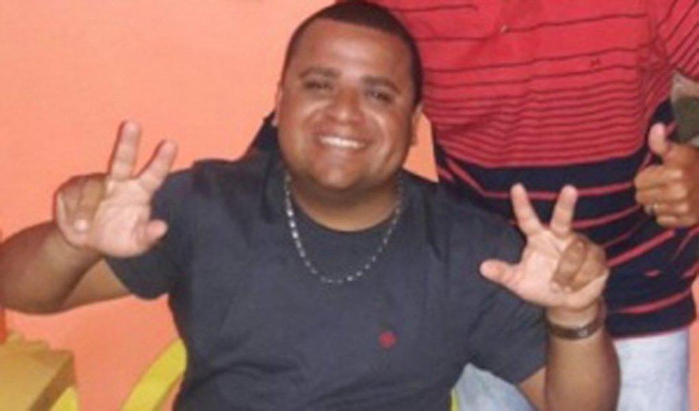 O cabo Erivan Oliveira, da Polícia Militar de Alagoas, baleado durante uma discussão nessa terça-feira (28), em Pernambuco, não resistiu aos ferimentos e morreu nesta quarta-feira (1º), enquanto estava sendo transferido de um hospital em Palmares-PE para o Recife; ele foi ferido após ter discutido com um guarda municipal que teria abordado e supostamente agredido seu filho durante uma ocorrência