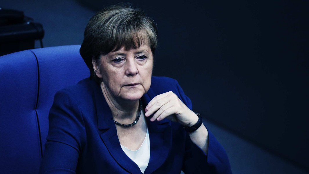 O Partido Social-Democrata da Alemanha (SPD), de centro-esquerda, ultrapassou os conservadores da chanceler Angela Merkel, da União Democrata-Cristã (CDU) e União Social-Cristã (CSU), em uma pesquisa de opinião realizada pelo instituto Emnid, pela primeira vez desde 2006; pesquisa de 1.885 eleitores mostrou que o SPD teria 33% dos votos na eleição, um ponto a mais que na semana passada, enquanto a CDU e seu partido irmão na Baviera, a CSU, teriam 32%, um ponto a menos