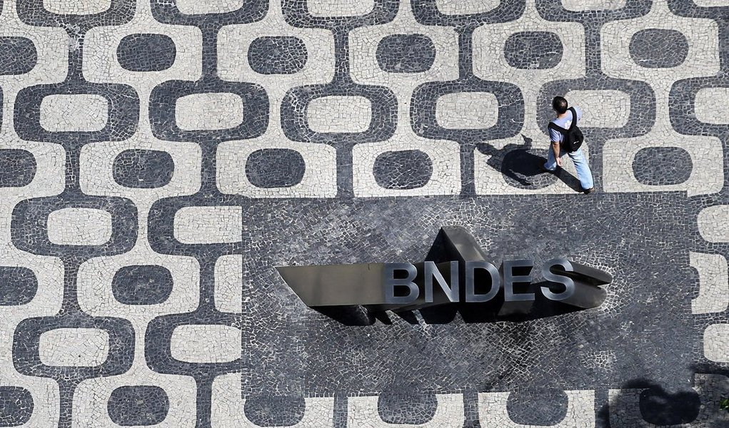 O BNDES criou um aplicativo móvel para o segmento de micro, pequenos e médios empresários; o app BNDES MPME será lançado oficialmente na Feira do Empreendedor 2017, que começa dia 18 em São Paulo, mas já está disponível paradownload emsmartphones e emtabletsnos sistemas Android e iOS