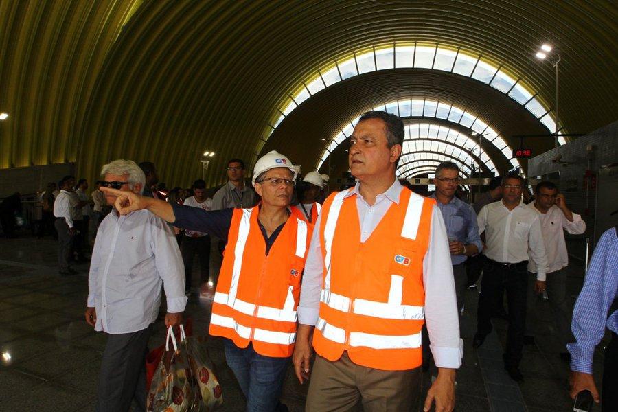 """Em visita às obras do trecho entre as estações Rodoviária e Pituaçu do metrô de Salvador, nesta quinta-feira, o governador Rui Costa destacou a importância do modal para a cidade. """"Com a chegada e a expansão do metrô, Salvador está se transformando numa capital mais moderna. Isso é importantíssimo para uma cidade que tem grande potencial turístico. O metrô faz toda a diferença"""", disse Rui, que percorreu o trajeto de 6,1 quilômetros que vai da Estação Rodoviária até a Estação Pituaçu, fazendo uma parada na Estação Pernambués; otrecho que compreende as estações Pernambués, Imbuí, CAB e Pituaçu, com embarque e desembarque, será inaugurado até maio"""