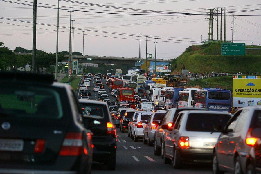 A capital baiana tem o 2º pior trânsito do Brasil, o 4º da América do Sul e 28º pior do mundo; o motorista soteropolitano passa em media 40 minutos por dia de tempo extra em engarrafamentos, o que totaliza 152 horas no trânsito por ano; pela manhã, o pior dia é segunda-feira; à tarde, o trânsito piora mais nas sextas-feiras; em 2016, o dia que registrou o maior congestionamento foi 8 de junho, uma quarta-feira