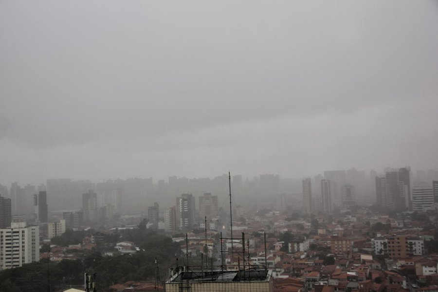 De acordo com boletim da Funceme, foram registradas chuvas em 124 municípios cearenses de 7h de quarta-feira (1) às 7h desta quinta-feira (2). As maiores precipitações ocorreram em Itaiçaba, com 121.4 mm; Iracema, com 70 mm; Maracanaú, com 70mm;e Quixeramobim, com 60mm. A situação dos açudes do Estado, no entanto, ainda preocupa