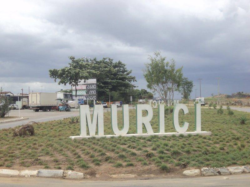 Após ser presa em Murici, no interior de Alagoas, uma mulher confessou que matou o marido, esquartejou o corpo e o enterrou no quintal de casa por suspeitar que estivesse sendo traída; a vítima estava desaparecidahá cinco dias; o casal estava junto há 17 anos e tinha um filho de 14 anos