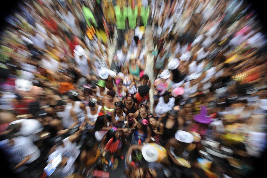no carnaval brasileiro não tem essa de máscaras nem de fantasias: rico é rico, pobre é pobre, branco é branco, preto é preto e a polícia sabe exatamente em quem enfiar porrada
