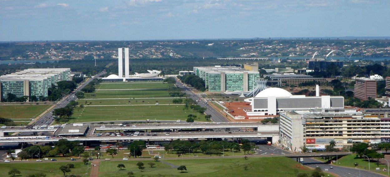 O sinal de internet móvel 4G na faixa de 700 megahertz (MHz) deverá ser disponibilizado para a população de Brasília a partir de maio; em novembro do ano passado, a cidade passou pelo processo de desligamento do sinal analógico de televisão, o que liberou a frequência para o uso das operadoras de telefonia para oferecer a tecnologia 4G