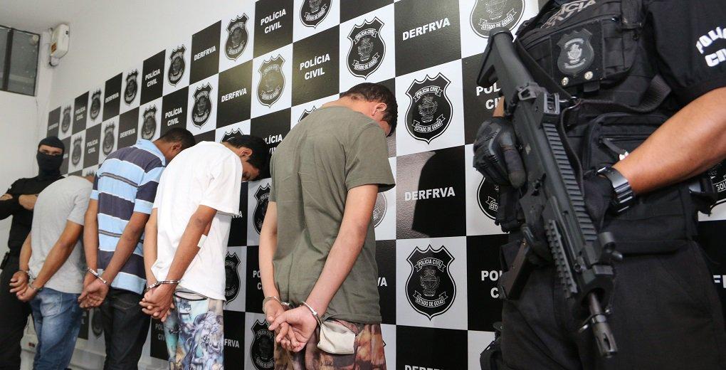 """Polícia Civil deflagrou nesta segunda-feira (20), a operação """"Doutores do Crime"""", que desarticulou uma associação criminosa suspeita de roubos e desmanches de veículos; de acordo com as investigações, o grupo comercializava as peças dos carros roubados na Vila Canaã, em Goiânia;Paulo Henrique de Almeida Silva, de 27 anos – chefe do grupo - , determinava quais veículos deveriam ser roubados, fornecia armas de fogo e levava os assaltantes até os locais onde os crimes eram cometidos; após os roubos, os carros eram levados para sua oficina"""