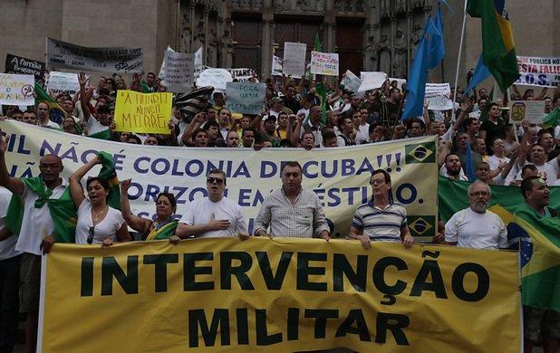 No Novo Normal ganham foro de trivialidade atitudes como as de sair à rua para pedir a volta da ditadura militar, de pedir bala na cara para quem pensa diferente, de intimidar pessoas que vestem vermelho!