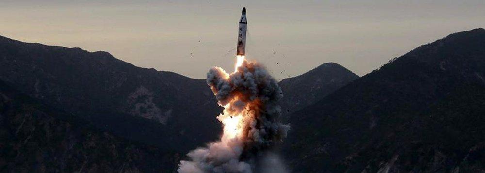 """A Coreia do Norte anunciou ter testado com sucesso um novo míssil balístico lançado de uma base aérea situada no oeste do País; o dirigente norte-coreano Kim Jong-Un disse estar """"satisfeito que a Coreia do Norte possua um outro meio de ataque nuclear que reforce a potência do país"""", segundo declaração à agência oficial de imprensa, KCNA; o teste é considerado pelo presidente americano Donald Trump como uma """"provocação"""" do regime norte-coreano; o assunto será discutido nesta segunda-feira (13), à noite, pelo Conselho de Segurança da ONU"""
