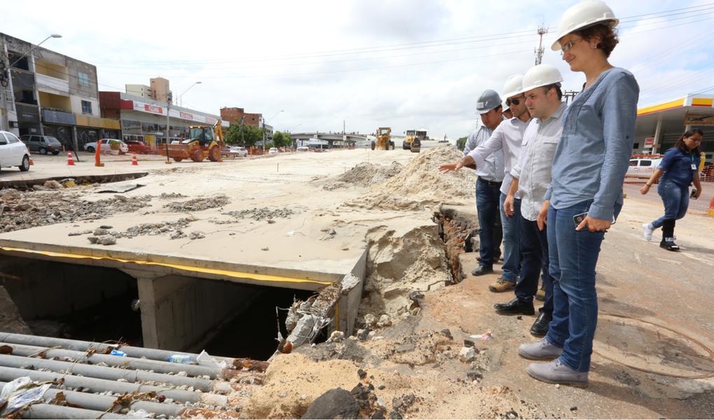 Durante visita às intervenções da Av. Aguanambi, na manhã desta segunda-feira (13), o prefeito Roberto Cláudio (PDT) anunciou que em março será liberado o trânsito da primeira etapa do viaduto sobre a Rotária Manoel Dias Branco, além da entrega à população das passarelas sobre o Rio Cocó, no Lagamar