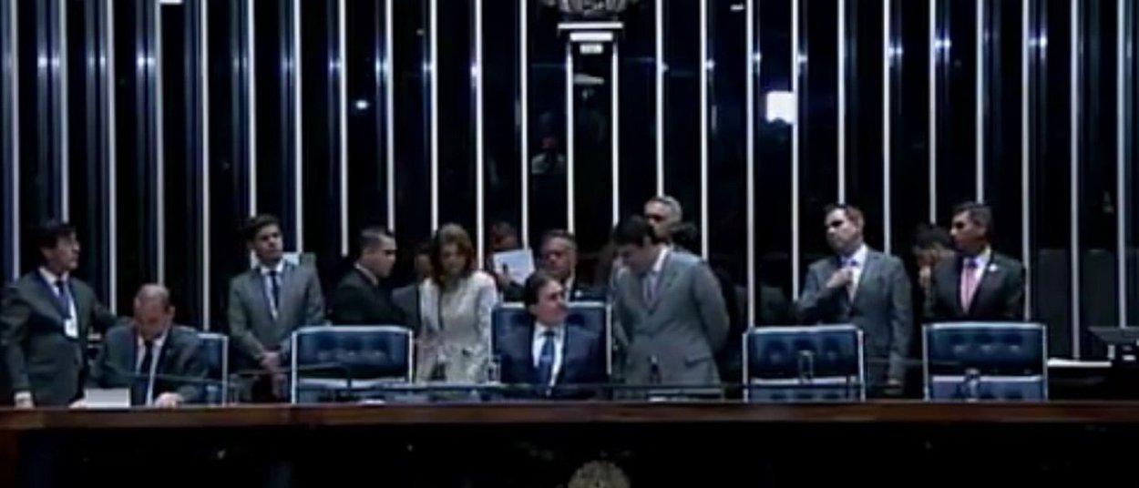 O senador Eunício Oliveira, presidente da mesa diretora do Senado, reúne nesta terça-feira (14), às 11h, os líderes partidáriospara definir a pauta de votações da Casa desta semana. Entre os projetos de interesse do Governo Federal está o PLC 30/2015, que regulamenta a terceirização de mão de obra, aprovado pelos deputados em 2014 e que é considerado pela maioria das centrais sindicais como prejudicial aos interesses dos trabalhadores