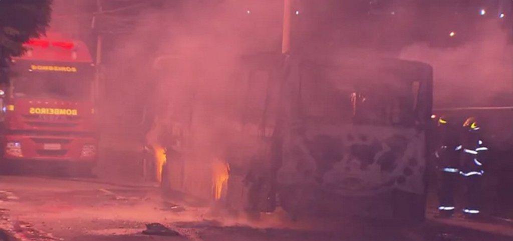A Polícia Militar (PM) prendeu 30 pessoas suspeitas de participar dos ataques a ônibus em Belo Horizonte e na Região Metropolitana desde o último fim de semana quando os crimes começaram; foram 15 prisões, nove delas em Contagem e seis no bairro Castanheira, na Região do Barreiro, em Belo Horizonte; treze coletivos foram incendiados desde domingo (12)