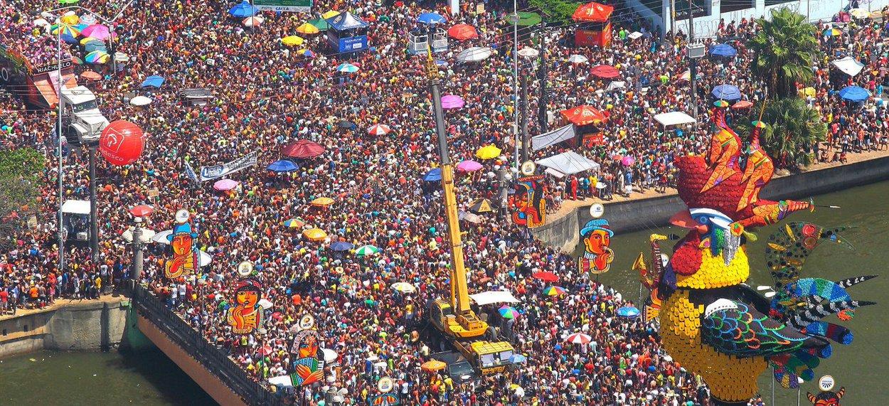 """A segurança do carnaval em Pernambuco contará com 31.213 policiais militares, civis e bombeiros, efetivo que será lançado entre a sexta-feira (24) e o dia 5 de março; dois helicópteros ajudarão na segurança; tambémestará em funcionamento o Centro de Operações do carnaval, que atuará em tempo real e integral; de acordo com o secretário de Defesa Social, Angelo Fernandes Gioia, """"proporcionalmente, teremos mais policiamento, uma vez que diversas cidades, a exemplo de São Lourenço da Mata e Carpina, cancelaram os festejos por falta de recursos financeiros"""""""