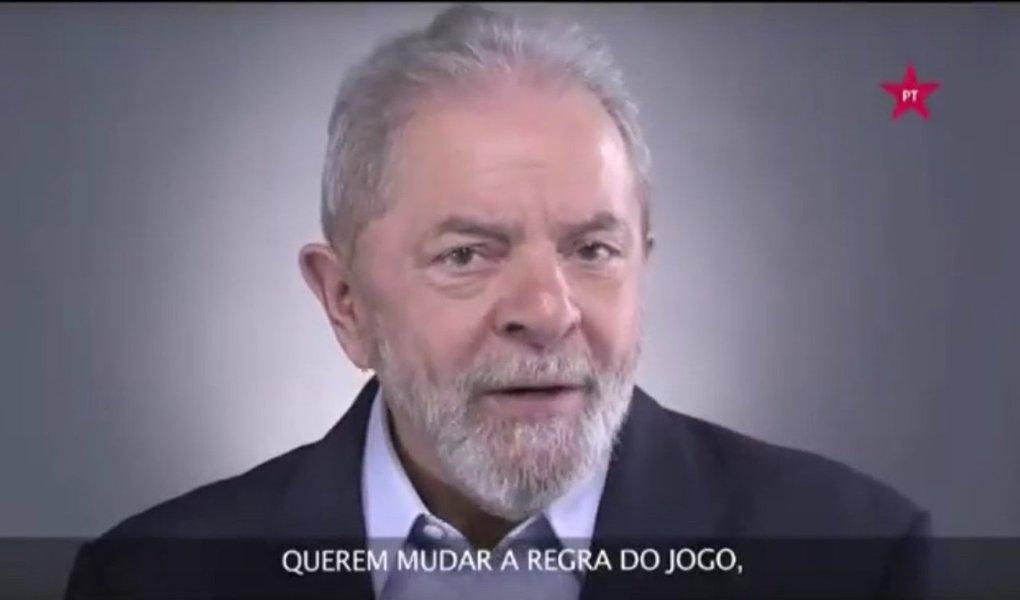 """Em vídeo divulgado pela página do PT no Facebook, o ex-presidente Lula argumenta que a reforma da Previdência proposta por Michel Temer, que será a pior do mundo se aprovada, não pode tramitar sem um amplo debate por parte dos brasileiros; """"Querem mudar a regra do jogo, jogando a culpa da crise em cima do trabalhador. E numa hora em que o desemprego deixou milhões de pessoas sem condições de contribuir"""", diz Lula;""""Só um governo eleito pelo povo terá legitimidade para fazer esse debate e garantir o sagrado direito da aposentadoria para o povo brasileiro"""", disse Lula, que lidera todas as pesquisas de preferência do eleitor para eleições presidenciais"""