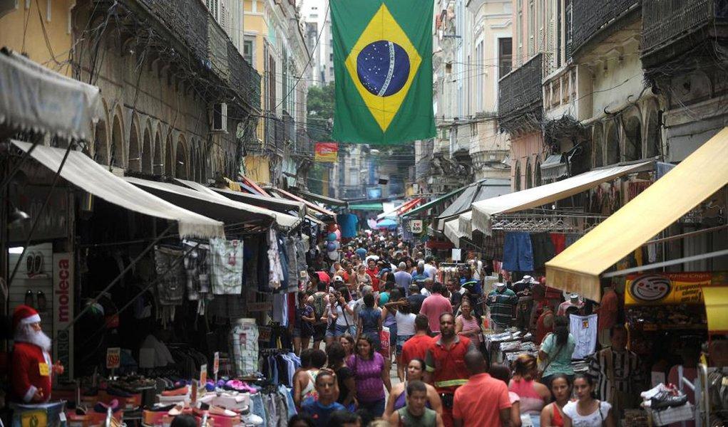 """O comércio lojista da Cidade do Rio de Janeiro vendeu menos 9,5% em janeiro, em relação ao mesmo mês de 2016, de acordo com a pesquisa Termômetro de Vendas divulgada mensalmente pelo Centro de Estudos do Clube de Diretores Lojistas do Rio de Janeiro – CDLRio, que abrange cerca de 750 estabelecimentos comerciais da Cidade;""""Normalmente janeiro é um mês fraco em termos de vendas. É o início das férias, quando muita gente viaja, imprensado entre o Natal e o Carnaval. E nem mesmo as ações promovidas pelo comércio, como promoções e liquidações foram suficientes para aumentar as vendas"""" explica Aldo Gonçalves, presidente do CDLRio"""