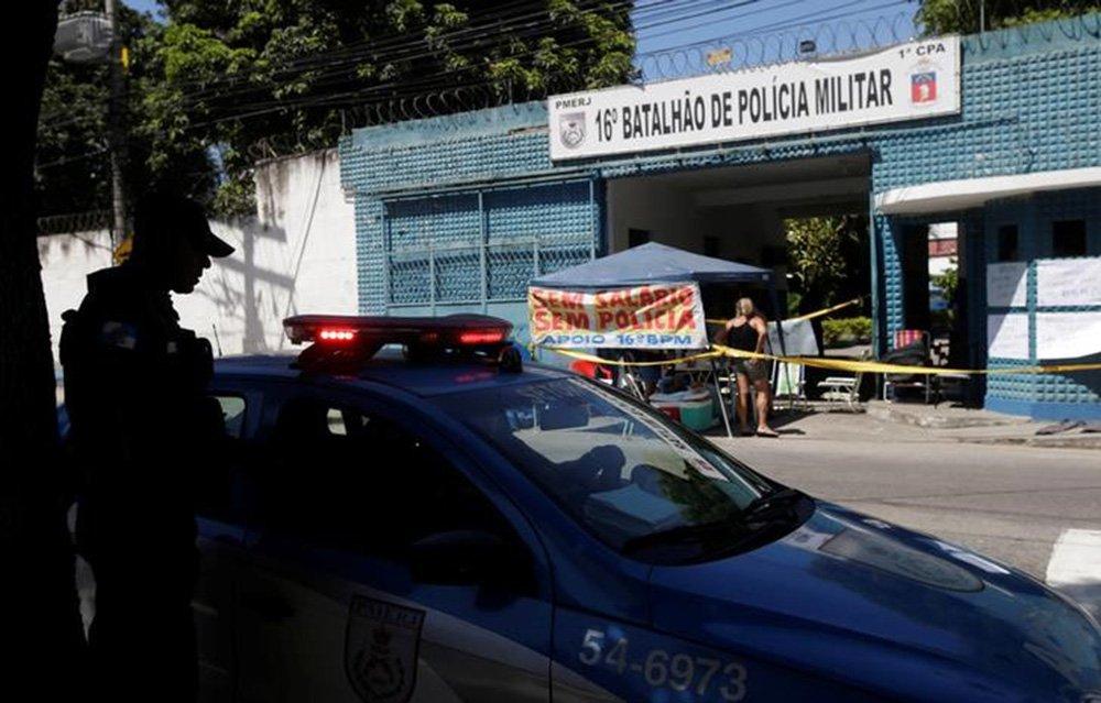 Policial perto de protesto organizado por familiares de policiais no Rio de Janeiro. 10/2/2017. REUTERS/Ricardo Moraes