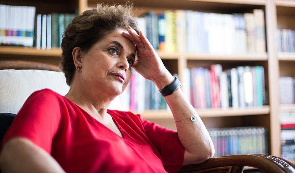 """Presidente deposta Dilma Rousseff alerta que o golpe contra a democracia, que a retirou do poder, ainda não acabou; """"A segunda etapa do golpe pode ser muito mais radicalizada e propensa à repressão"""", afirma Dilma em entrevista ao Sul 21; """"E não é tanto por causa da esquerda, mas sim pelo nível de radicalização da direita no país. Não vamos nos iludir. O leão não é manso""""; para a presidente, que anunciou disposição de disputar eleição para o Senado ou a Câmara, o retorno do Brasil à democracia pode se dar em 2018; """"O processo democrático tem o poder e a faculdade de propor um encerramento, se for uma eleição que não implique um golpe, que seria tirar o Lula. Não é uma questão minha ou sua, não é uma questão individual. É só aí que podemos nos encontrar todos"""""""