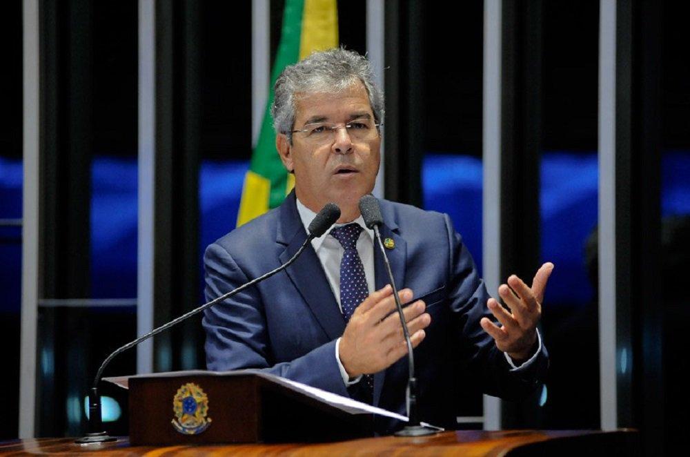 """""""Nós estamos com um governo que veio de um impeachment. Tivemos um golpe parlamentar no Brasil. E aí sai uma pesquisa que traz a opinião pública, a verdadeira opinião pública, se manifestando sobre as eleições do próximo ano, e isso não ganha espaço nem nas televisões, nem nos grandes jornais"""", criticou o senador, em discurso nesta quinta-feira 16;""""Se o resultado mostrasse o crescimento de alguém do PSDB, de alguém do PMDB, de alguém do Democratas, estaria na capa dos jornais"""", provocou"""