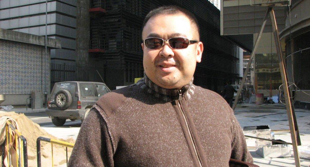 O meio irmão do líder da Coreia do Norte, Kim Jong Un, foi morto na Malásia; Kim Jong Nam, meio irmão mais velho do líder norte-coreano, era conhecido por passar a maior parte fora do país e já falou publicamente contra o controle dinástico que sua família exerce na Coreia do Norte;emissora de TV sul-coreana Chosun disse, citando múltiplas fontes do governo da Coreia do Sul, que Kim foi envenenado no aeroporto de Kuala Lumpur por duas mulheres que seriam operadoras da Coreia do Norte, que estariam fugitivas