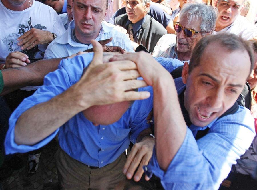 O candidato José Serra foi atingido na cabeça com uma bandeira durante briga generalizada entre militantes petistas e cabos eleitorais tucanos