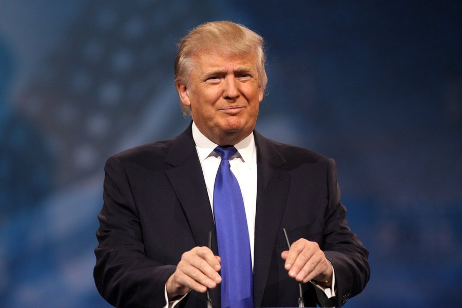 """O presidente dos EUA, Donald Trump, deixou a Suécia perplexa no sábado (17); enquanto discursava na Flórida sobre a crise dos refugiados e a insegurança no mundo, o magnata republicano mencionou um atentado cometido na noite anterior no país escandinavo – o que, de fato nunca aconteceu; """"Olhem o que está acontecendo na Alemanha, olhem para o que aconteceu ontem à noite na Suécia. A Suécia, quem acreditaria? A Suécia. Eles acolheram muitos refugiados, e agora eles têm problemas como nunca pensaram"""", disparou o presidente dos EUA; internautas fizeram a festa com memes; mas houve quem não tivesse gostado da brincadeira; """"A Suécia? Um atentado? O que ele andou fumando?"""", escreveu o ex-premiê sueco Carl Bildt no Twitter"""