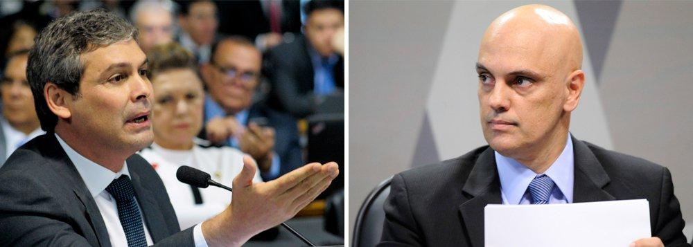 """Durante a sabatina do indicado ao STF Alexandre de Moraes no Senado, Lindbergh Farias (PT-RJ) sugeriu que o ministro da Justiça licenciado se declare impedido de ser relator da Lava Jato, função que ocupará quando chegar ao Supremo;""""Faça esse favor e tranquilize o país"""", disse o senador; Moraes, que é ministro e aliado de Michel Temer, citado em delação da Odebrecht, negou e disse ser capaz de """"atuar com absoluta imparcialidade"""" no caso; assista"""