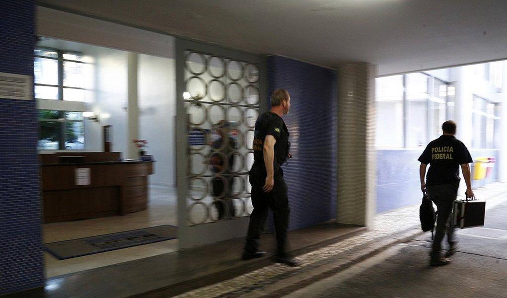 Ao acatar pedidos da PF e do MPF, o juiz Marcos Josegrei da Silva manteve presas as servidoras Conceição Abadia de Abreu Mendonça e Tânia Márcia Catapan, suspeitas de comandarem um esquema que desviou R$ 7,3 milhões da UFPR; elasestão na carceragem da PF desde o dia 15 de fevereiro, quando foram detidas provisoriamente durante a Operação Research; a prisão provisória, de cinco dias, foi prorrogada por igual período e depois convertida em preventiva, por tempo indeterminado