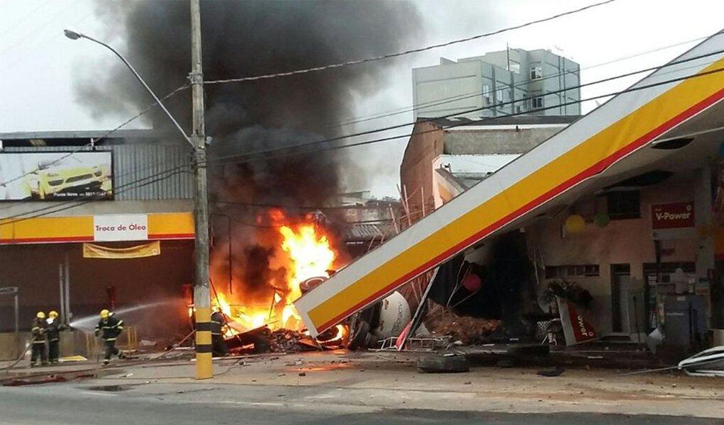 Após o motorista perder o controle da direção, uma carreta invadiu um posto de gasolina, derrubou parte da estrutura e explodiu; o condutor do veículo morreu carbonizado; um frentista, também atingido, chegou a ser socorrido, mas morreu após ser atendido no hospital; acidente ocorreu em Ponte Nova, na Zona da Mata, em Minas Gerais