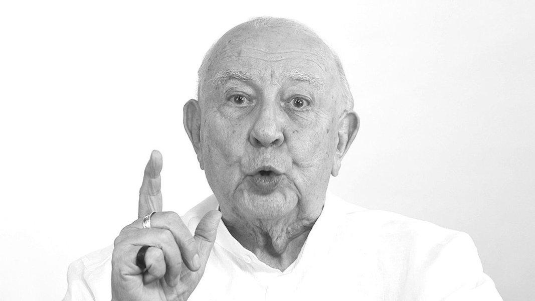 """""""Onde estão as provas contra Lula? Cadê, cadê as provas?"""", questiona o ator Sergio Mamberti, em vídeo postado nas redes sociais; ele diz que a caçada judicial ao ex-presidente Luiz Inácio Lula da Silva tem um objetivo concreto; """"Lula não entregaria o pré-sal, não acabaria com as aposentadorias, não reduziria o salário mínimo"""", afirma; """"eles sabem que, nas urnas, jamais ganhariam de Lula com essas medidas que pretendem enfiar goela abaixo do Brasil""""; confira a íntegra"""