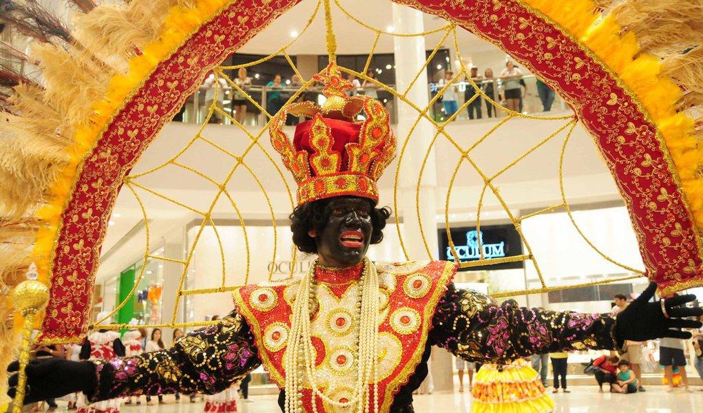 A Avenida Domingos Olímpio, no Centro de Fortaleza, ficou lotada no último dia de desfile dos maracatus, que esbanjaram cores e ritmos e encantaram o público; seis agremiações se apresentaram, dentre elas o Maracatu Az de Ouro, considerado o mais antigo do Ceará, que comemorou e cantou seus 80 anos de existência; primeira a se apresentar, a Nação Baobab homenageou a árvore que dá nome ao maracatu; a cor verde foi estampada no vestido da rainha