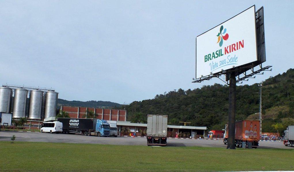 """Cervejaria holandesa Heineken anunciou nesta segunda-feira (13) a compra da brasileira Brasil Kirin Holding S.A. por 664 milhões de euros, valor equivalente a R$ 2,2 bilhões; fusão cria a segunda maior cervejaria do Brasil, atrás somente da AmBev; já em janeiro, as empresas haviam confirmado que as negociações estavam """"avançadas"""""""