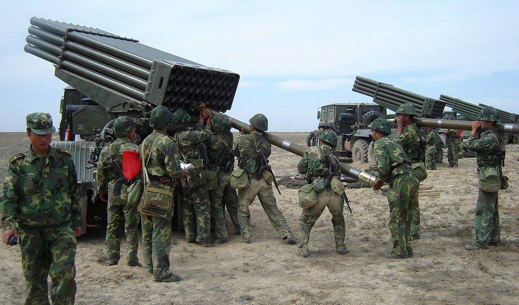 """Relatório do Instituto Internacional de Estudos Estratégicos (IISS) mostra que a China continua se armando mais rápido do que outros países, ao ponto de estar, em algumas áreas militares, """"em quase paridade com o Ocidente""""; """"A superioridade tecnológica militar do Ocidente, considerada consolidada, é cada vez mais desafiada"""", afirma John Chipman, diretor do IISS; China destinou em 2016 um orçamento de 145 bilhões de dólares para a defesa, mais de um terço dos gastos de todo o continente asiático. Muito longe dos Estados Unidos (US$ 604,5 bilhões), mas à frente da Rússia (com US$ 58,9 bilhões), Arábia Saudita (US$ 56,9) e Reino Unido (US$ 52,2)"""