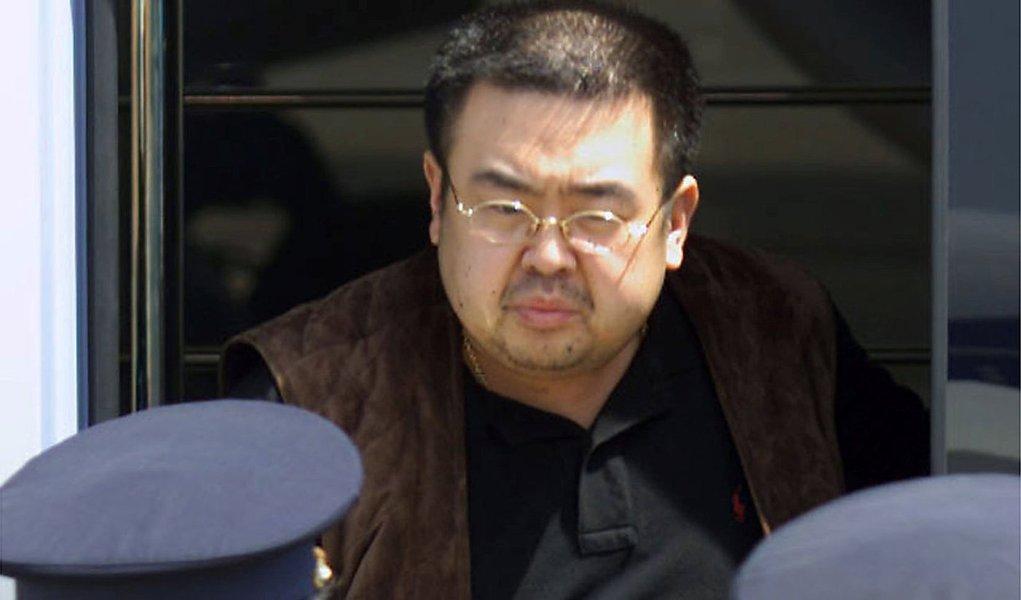 """A Coreia do Sul pediu """"medidas coletivas"""" de punição à Coreia do Norte por esta ter usado armas químicas para matar o meio-irmão afastado de seu líder, Kim Jong Un; diplomara norte-coreano afirmou que o país """"nunca produziu, armazenou ou usou armas químicas"""";""""a Coreia do Norte rejeita totalmente as declarações desprezíveis, irresponsáveis, impertinentes e ilógicas feitas pela Coreia do Sul"""", disseJu Yong Choi à Conferência sobre o Desarmamento da Organização das Nações Unidas"""