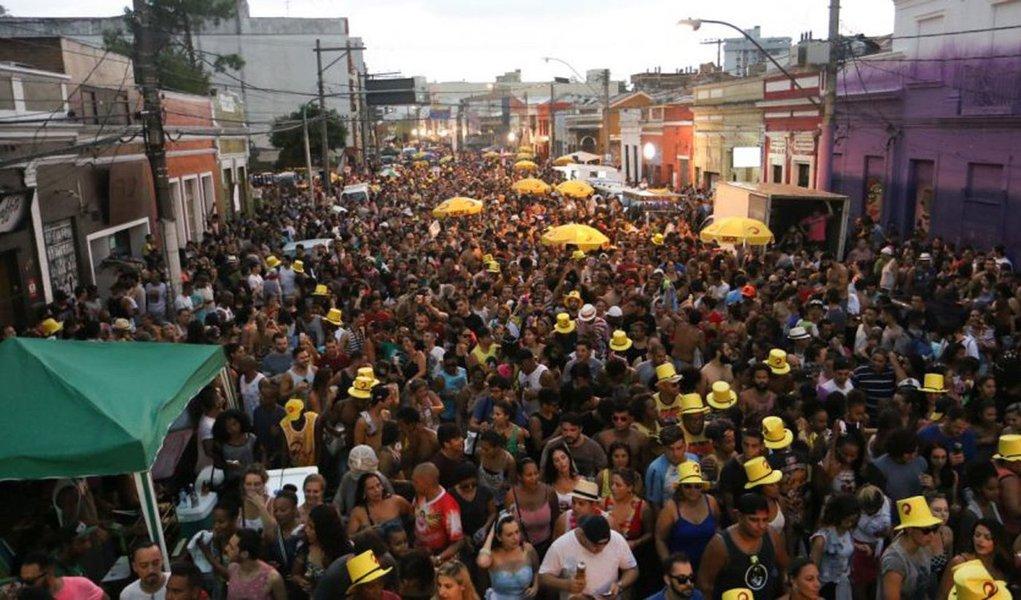 O carnaval em Porto Alegre tem se fortalecido ano após ano; o ponto alto da animação dos festejos fica no bairro Cidade Baixa, na Região Central da capital; neste domingo (26), a partir das 11 horas, mais de 20 mil pessoas são esperadas nos blocos que vão desfilar alegria e animação nas ruas da Cidade Baixa e em outros pontos da cidade; a Empresa Pública de Transporte e Circulação (EPTC) preparou um esquema especial de trânsito com bloqueio das vias onde ocorrem as concentrações