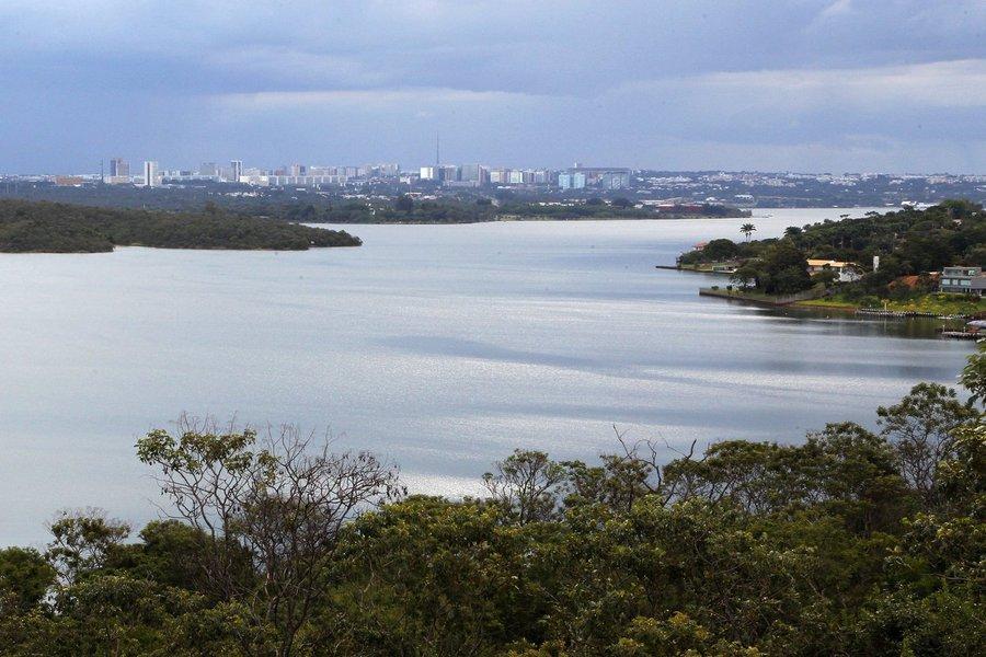 O governo federal liberou R$ 55 milhões para Brasília iniciar as obras decaptação emergencial de água do Lago Paranoá; a intervenção consiste em instalar uma estrutura flutuante no lado norte do lago; ela vai distribuir até 700 litros de água por segundo, por meio de seis tanques, a regiões administrativas atendidas pelaBarragem do Descoberto