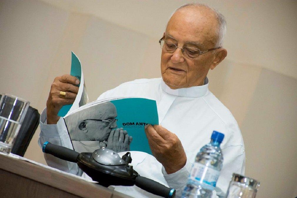 O arcebispo emérito da Arquidiocese de Goiânia, Dom Antonio Ribeiro de Oliveira, morreu nesta terça-feira (28), aos 90 anos, em Goiânia; o papa João Paulo II nomeou Dom Antonio arcebispo de Goiânia em 1985; goiano de Orizona, o religioso estava na Arquidiocese de Goiânia desde a sua criação;Dom Antonio sempre foi reconhecido pela dedicação ao trabalho social e aos mais necessitados; foi um dos primeiros dirigentes da OVG e era amigo pessoal do governador Marconi Perillo; nas redes sociais, o governador afirmou que será decretado Luto Oficial de 3 dias em respeito a Dom Antonio