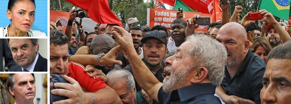 Pesquisa realizada pelo instituto Paraná Pesquisas e divulgado nesta sexta-feira, 10, mostra que o ex-presidente Luiz Inácio Lula da Silva lidera a preferência do eleitor de Alagoas para a presidência da República em 2018; Lula aparece com 39% de intenções; ex-senadora Marina Silva vem em segundo, com 13,3%; senador Aécio Neves (PSDB) disputa a terceira colocação com o deputado Jair Bolsonaro (PSC-RJ), ambos com 10,2%; levantamento mostra o ex-presidente à frente em cenários com outros candidatos; já Michel Temer é reprovado por 72,4% da população do estado