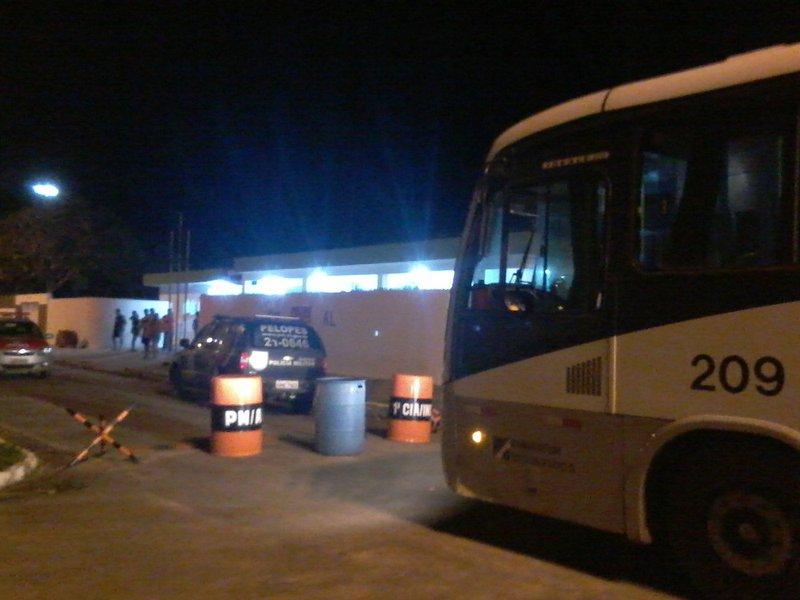 Dois ônibus interestaduais foram alvos de assaltantes na madrugada desta terça-feira (21), em trechos das BRs 104 e 101, em Alagoas; os suspeitos obrigaram os motorista a entrarem em um canavial, onde recolheram celulares, joias, dinheiro; um dos veículos fazia a linha Rio de Janeiro - Guarabira (PB); o outro saiu de Maceió para Recife