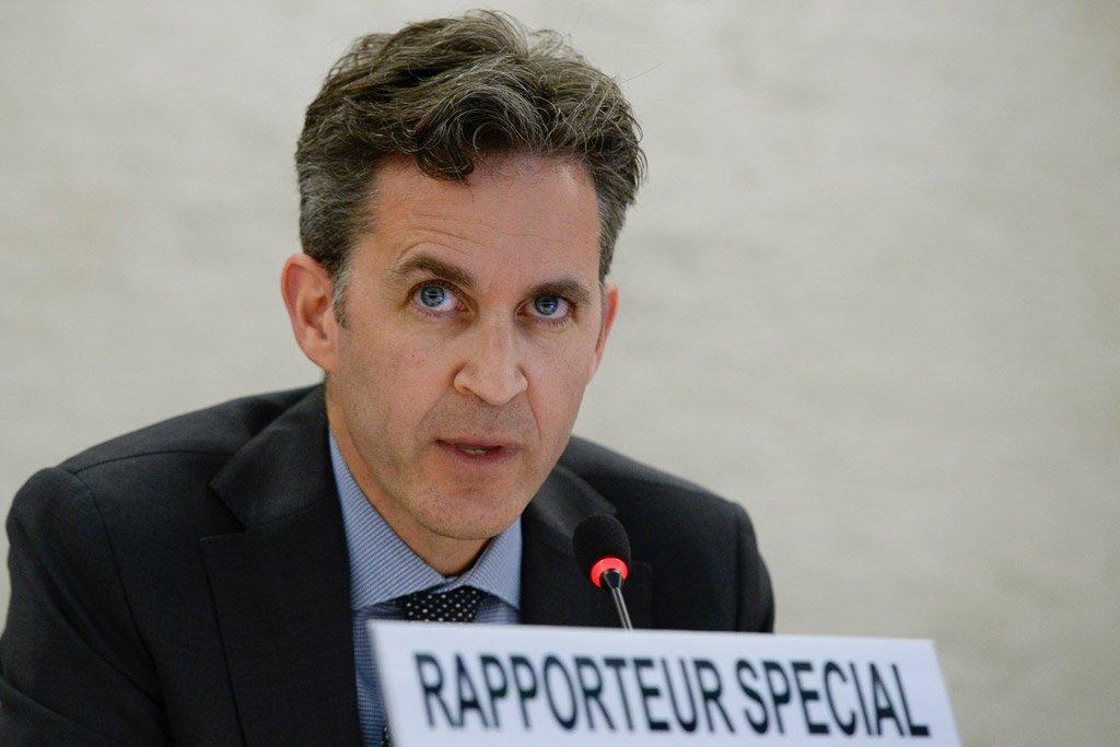 """Relatores especiais da ONU sobre liberdade de expressão divulgaram nesta sexta-feira 3 uma declaração conjunta afirmando que as """"notícias falsas"""" (""""fake news"""", em inglês), a desinformação e a propaganda representam uma preocupação global; segundo David Kaye, relator especial da ONU sobre o direito à liberdade de opinião e expressão, os esforços para combatê-las podem levar à censura; segundo ele, há o risco também da supressão do pensamento crítico e de outras abordagens contrárias à lei de direitos humanos"""