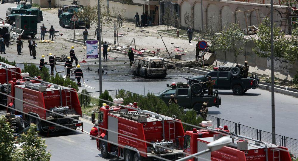 Uma forte explosão atingiu nesta segunda-feira, 13, um ônibus no centro de Cabul, na hora da saída do trabalho, formando uma espessa coluna de fumaça negra, informou um porta-voz da polícia; representante do Ministério do Interior afegão Sediq Sediqqi, em seu perfil no Twitter, publicou que uma mulher morreu e 8 pessoas ficaram feridas